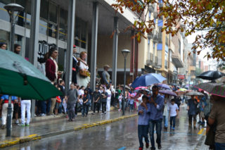 Poc a poc, la pluja ha fet marxar el públic assistent // Elisenda Colell