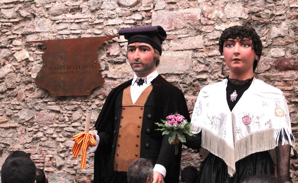 La placa té la forma de les siluetes del Miquel i la Montserrat // Jordi Julià