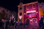 L'Ajuntament enllumenat de color rosa // Ajuntament de Molins de Rei