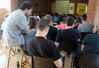 Lucas Silvano (Podemos) i Àlex Maymó (CUP) escolten una intervenció d'EUiA // Jose Polo