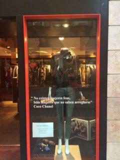 Una de les frases, col·locades a l'aparador de la botiga // Dolors Lobato