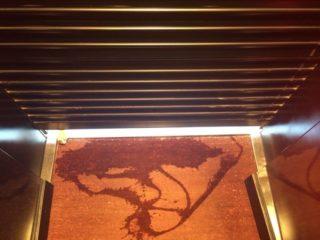 La persiana de la botiga, forçada, amb les marques de la bomba fètida // Dolors Lobato
