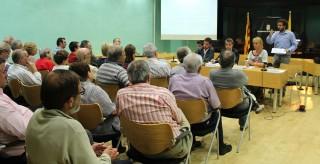 Els veïns escolten les autoritats durant la reunió // Jose Polo
