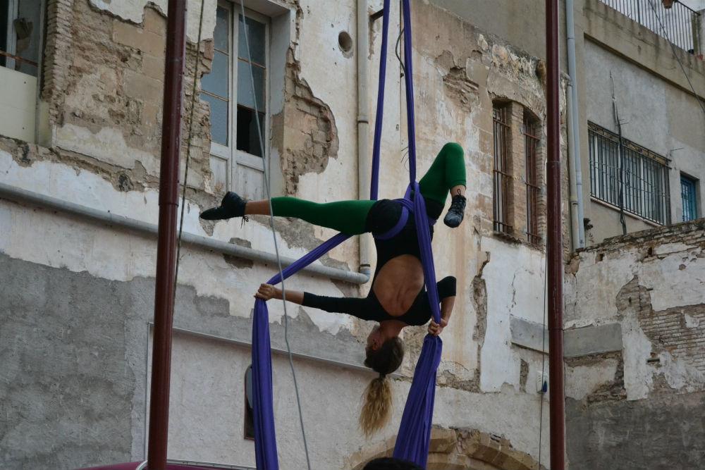 Una acròbate realitzant un espectacle aeri amb teles // Elisenda Colell