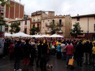 Més de 500 persones van concentrar-se a la plaça de l'Ajuntament contra la decisió del Tribunal Constitucional // CUP Molins de Rei