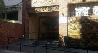 Una de les portes de l'escola Sant Miquel aquest matí // Jose Polo