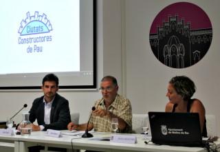 Meir Margalit (al centre) durant la seva xerrada a la Federació Obrera // David Guerrero
