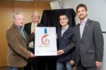 D'esquerra a dreta: Martin, Martí, Casals i Paz amb el cartell // Ajuntament de Molins de Rei