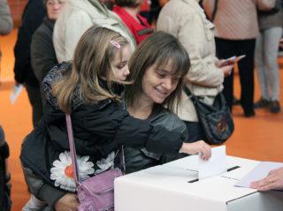 Una mare fa introduir el vot a la seva filla al Bernat el Ferrer // Jose Polo