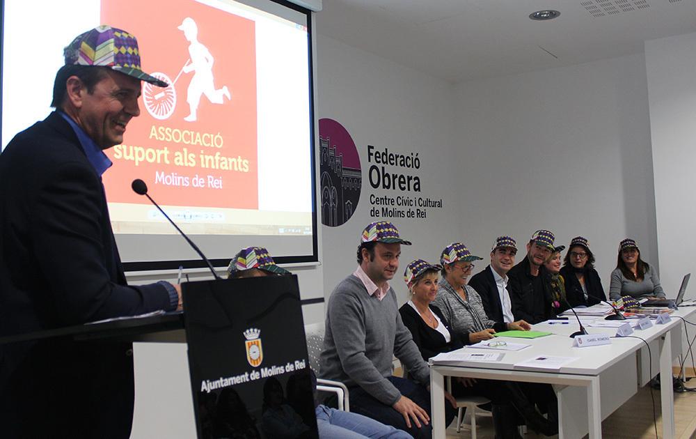 Xavi Díaz presentant l'acte acompanyat dels responsables de l'associació i l'alcalde // Jose Polo