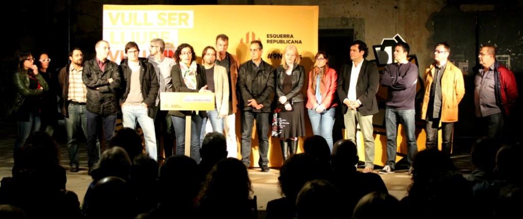 Els candidats d'ERC als municipis del Baix Llobregat a les properes eleccions municipals es van deixar veure a l'escenari // David Guerrero