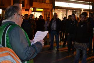 Albert Herbert, llegint la moció a la concentració a la plaça de la Vila // Elisenda Colell