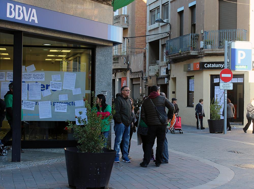 Tant el BBVA com Caixa Catalunya, tots dos a la plaça del Mercat, van rebre la visita de la PAH // Jose Polo