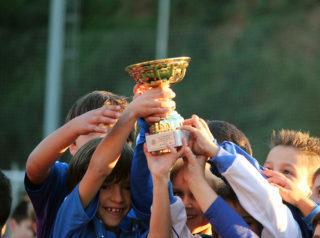 Un dels equips dels guanyadors de l'any passat recollint la copa // Jose Polo