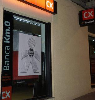 Llufa gegant situada a la seu de Catalunya Caixa // PAH Molins de Rei