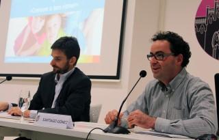 Santiago González, de la Fundació Thao, acompanyat del regidor de Salut // Xavi Paz
