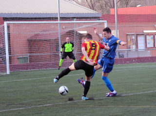 Àlex Agudo, autor de tres gols, retalla davant Víctor Muñoz // Jose Polo