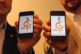 Joan Ramon Casals i Xavi Paz mostren el seu mòbil amb l'aplicació de la Fira // Jose Polo
