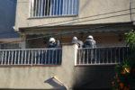 Els pèrits municipals, evaluant l'estat del terrat de l'entresol // Elisenda Colell