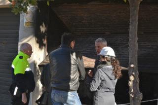 Els pèrits municipals, comunicant als inquilins l'estat de l'immoble // Elisenda Colell