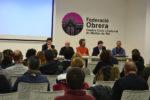 Una cinquantena de persones van assistir al debat // Elisenda Colell
