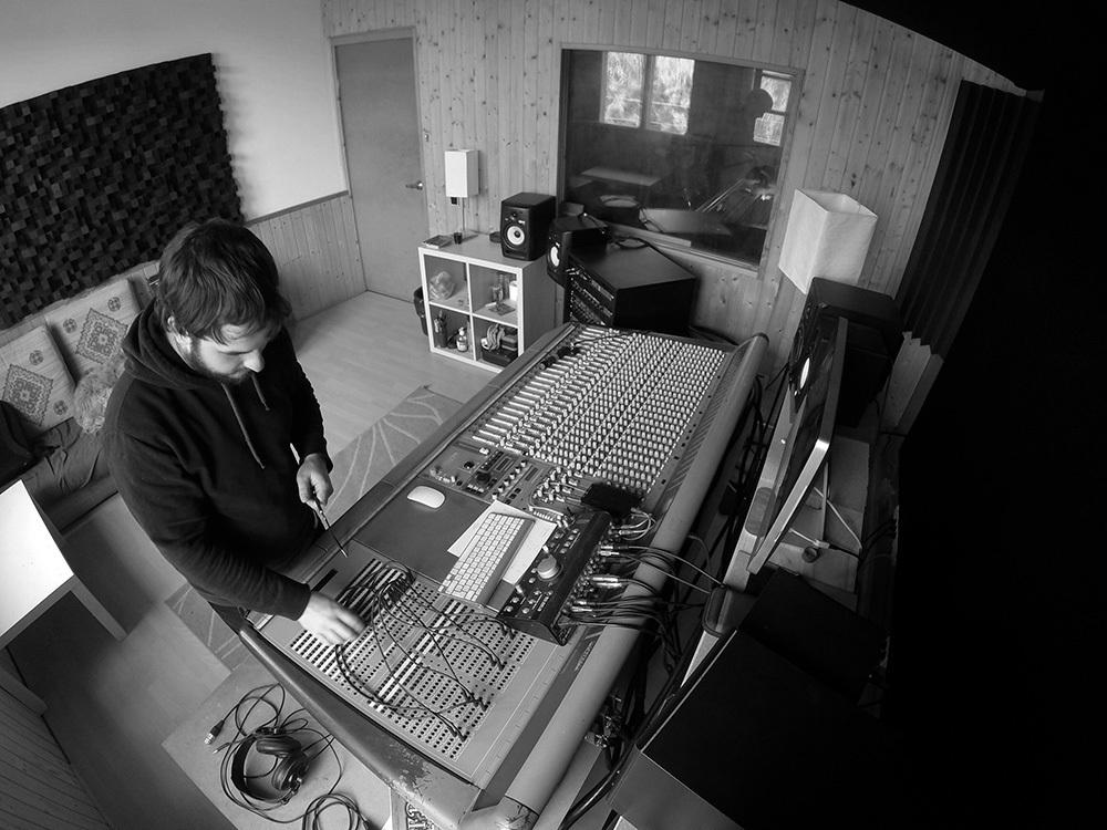 Guillem Ventura controlant una taula de so // Rondan Rot