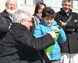 Joaquim Martí i entregant el premi al guanyador de menys edat // Elisenda Colell