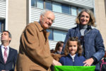 Pere Madorell, germà del dibuixant, entregant el premi a la guanyadora de la categoria de 6 a 9 anys // Elisenda Colell