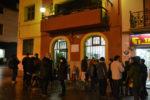 Una vintena de manifestants es van concentrar a la plaça de la vila // Elisenda Colell
