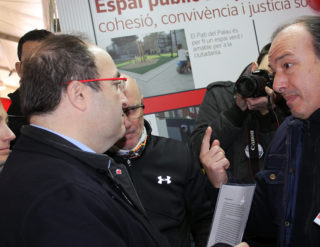 Miquel Iceta, a l'esquerra, rep la documentació d'un treballador d'una empresa de la comarca recentment acomiadat // Jose Polo