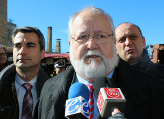 Salvador Esteve, president de la Diputació, atenent als mitjans de comunicació // Jose Polo