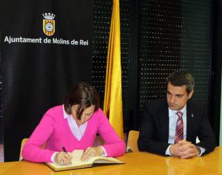 Carme Forcadell acompanyada per l'alcalde Joan Ramon Casals mentre signava el Llibre d'Honor de l'Ajuntament // Jose Polo