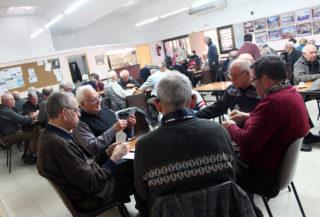 Un grup de senyors juguen a cartes al Casal d'Avis Primer de Maig una tarda qualsevol // Jose Polo