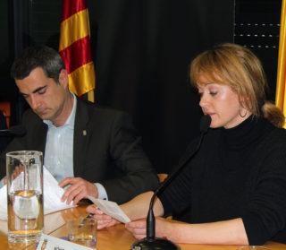 Joan Ramon Casals i Mònica Santamans durant l'últim ple de la regidora // Jose Polo