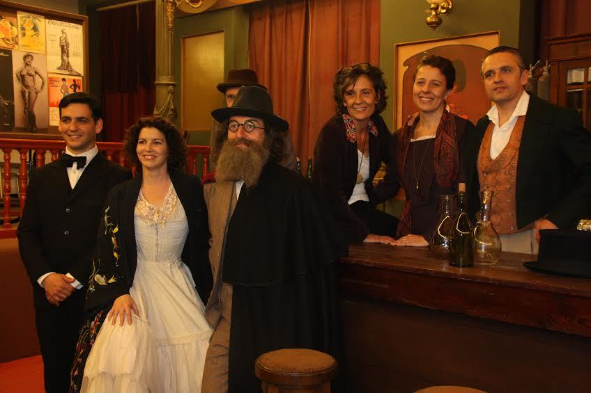 Els actors del repartiment amb la directora de la pel·lícula, al Foment Cultural // David Guerrero
