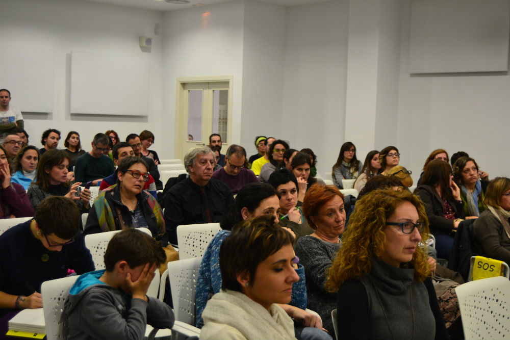 Una cinquantena de pares i mares van omplis la sala d'actes de la Federació Obrera // Elisenda Colell