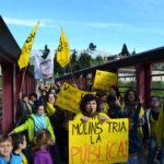 La marea groga inunda Molins de Rei amb 500 persones defensant l'escola pública