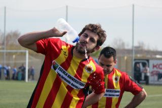 Carles Capella, autor del segon gol, refrigerant-se // Jose Polo