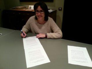 Guillán signant el document de compromís amb l'ANC // ERC Molins de Rei
