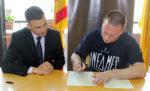 Quesada (esquerra) i Andreu (dreta) signant el conveni entre Gueopic i La Caixa // Jose Polo