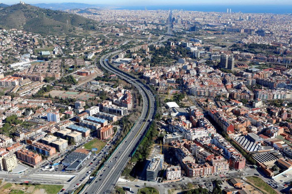 Foto aèria on es veu Sant Joan Despí, Sant Just Desvern, Esplugues i, al fons, Barcelona // Guillem Fotògrafs