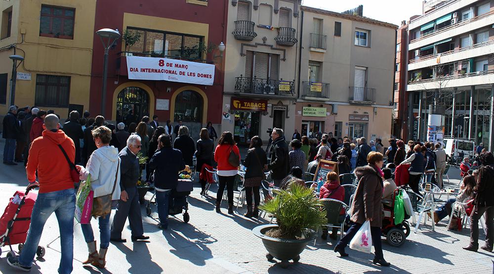 Imatge de la plaça de l'Ajuntament amb durant la lectura del manifest institucional // Jose Polo