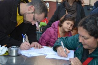 E acabar la concentració, es va poder signar la ILP en favor de l'escola pública // Elisenda Colell