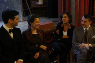 Fran Perea i Miriam Iscla amb la directora, Silvia Qer, en un descans del rodatge // David Guerrero