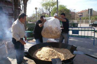 Membres de l'entitat veïnal, elaborant el plat // AAVV Les Conserves