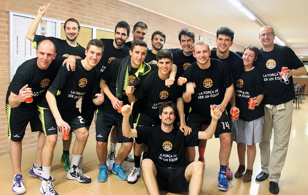 El masculí de bàsquet celebrant la victòria // Jose Polo