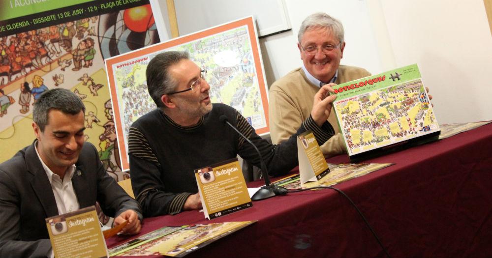 Vilaprinyó mostra el 'Boticlosques' davant l'alcalde i el regidor de Comerç // Jose Polo