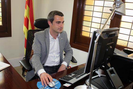 Joan Ramon Casals treballant al despatx d'alcaldia // Jose Oolo
