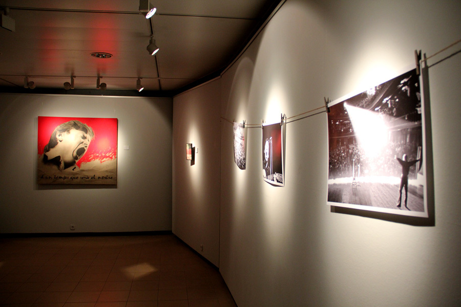 Les fotografies fetes per Pep Puvill, amb un quadre de Sento Masià al fons // Jordi Julià