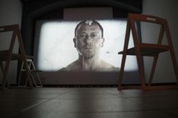 El videoart de Dani Andreu és l'única obra que ocupa una sala sencera // Jordi Julià